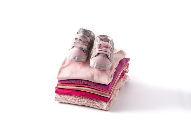 Baby rompertjes en babyschoenen geïsoleerd op een witte achtergrond