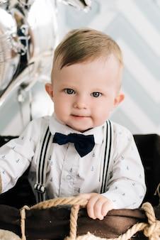 Baby's eerste verjaardag. schattige lachende baby is 1 jaar oud. het concept van een kinderfeestje met ballonnen