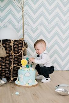 Baby's eerste verjaardag schattige lachende baby is een 1-jarig kinderfeestje met ballonnen