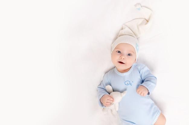 Baby 's ochtends thuis in de wieg of voor het slapengaan, portret, familie- en geboorteconcept