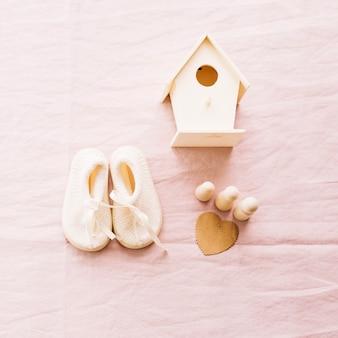 Baby-schoenen en klein huis