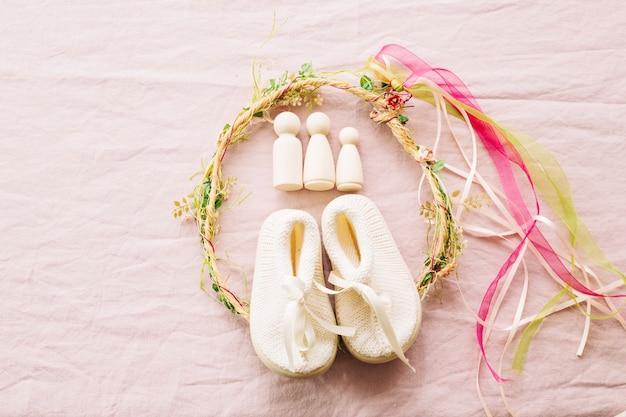 Baby-schoenen en krans