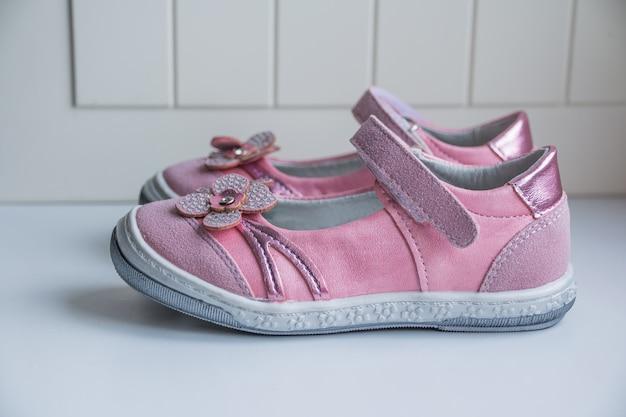 Baby schoentjes. meisjesmode schoeisel, lederen sandaal, mocassins. kinderlaarzen. moderne stijlvolle modieuze trendy schoenen voor kinderen. baby sneakers