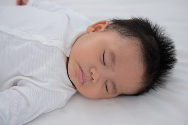 Baby slaapt in bed