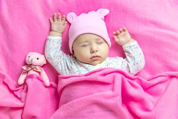 Baby slaapt met een beer. selectieve aandacht. mensen.