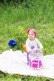 Baby smile picknick speels weekend natuur met familie