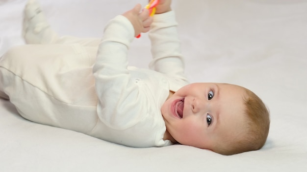 Baby speelt een rammelaar. selectieve aandacht kind.