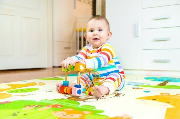 Baby speelt met educatief speelgoed. selectieve aandacht. kind.