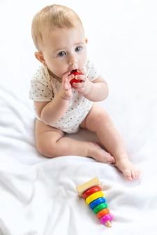 Baby speelt thuis met een speelgoedpiramide