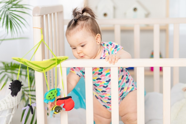 Baby speelt thuis mobiel in wieg, vroege ontwikkeling