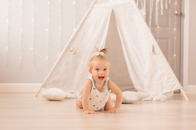 Baby spelen in de kinderkamer