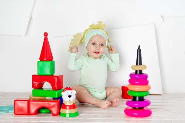 Baby spelen met speelgoed in de kinderkamer thuis, het concept van ontwikkeling en vrije tijd van peuters