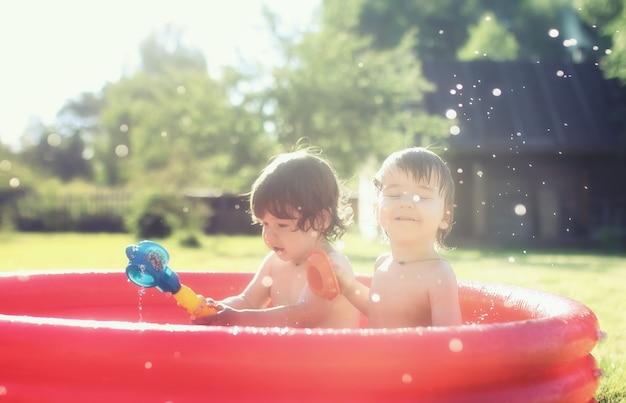 Baby spettert buiten in het zwembad