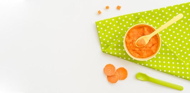 Baby-wortelpuree met kopie-ruimte