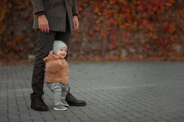 Baby zet de eerste stappen met de hulp van vader.