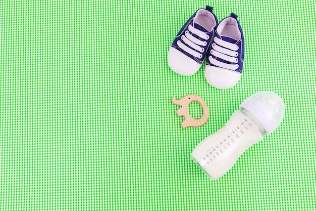 Babyaccessoires en eten op een groene achtergrond. selectieve focus.baby