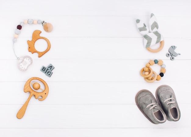 Babyaccessoires op witte houten achtergrond met copyspace