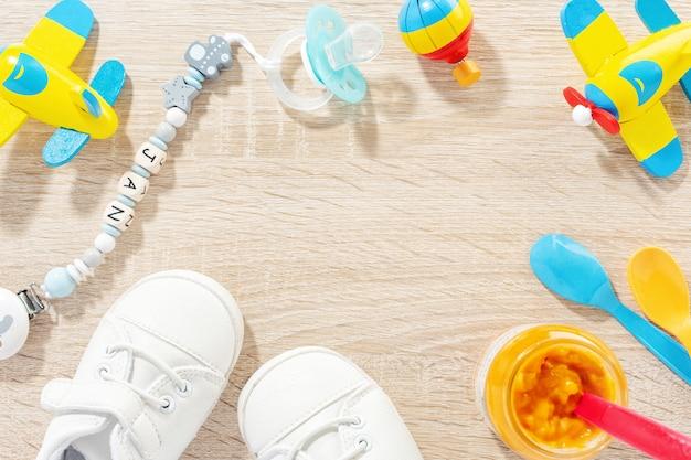 Babyaccessoires voor de gezondheidszorg, spelen en voeden op tafel. plat leggen. baby of kinderen concept.