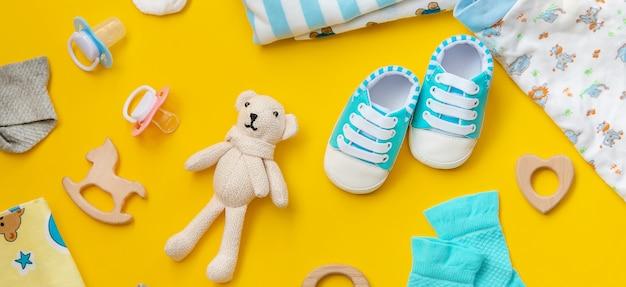 Babyaccessoires voor pasgeborenen op een gekleurd oppervlak