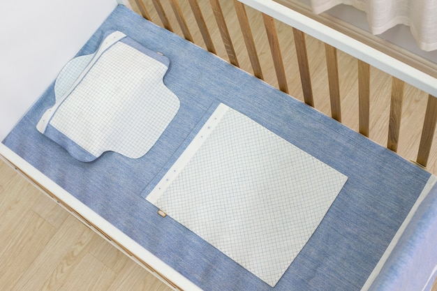 Babybed onder de witte achtergrond