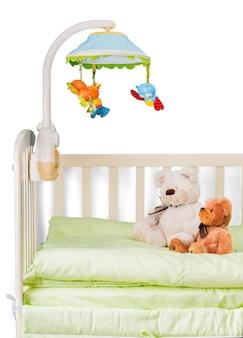 Babybedje met speelgoed op achtergrond