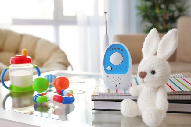 Babyfoon en verschillende accessoires op tafel in de kamer. radio oppas Premium Foto
