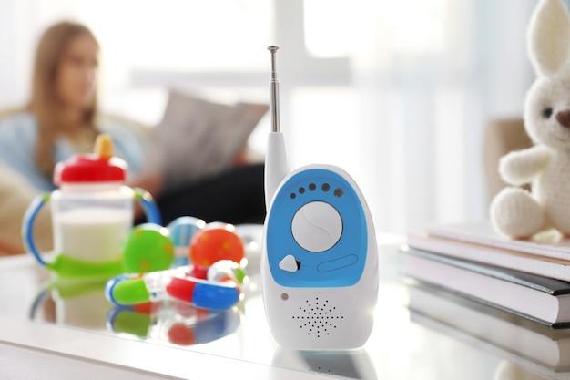 Babyfoon, verschillende accessoires en vrouw aan. radio oppas