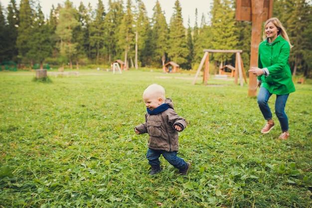 Babyjongen die bij het herfstpark loopt