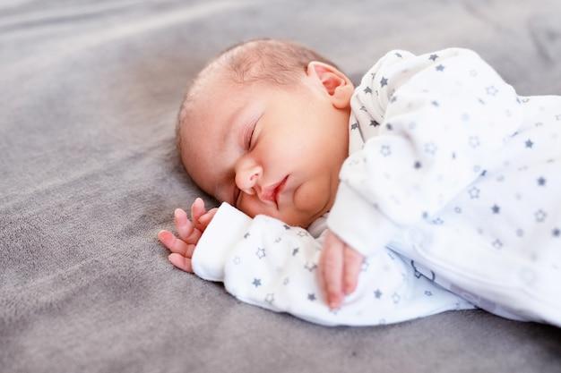 Babyjongen die de eerste dagen van zijn leven slaapt