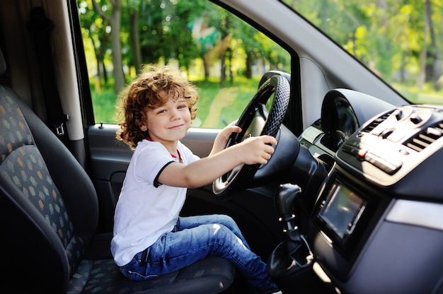 Babyjongen die een auto drijft