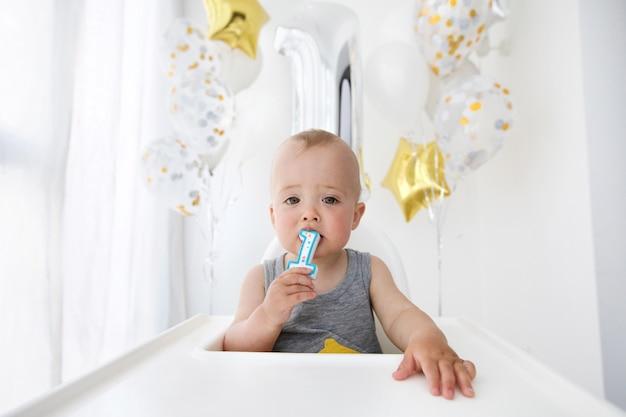 Babyjongen die eerste verjaardag viert