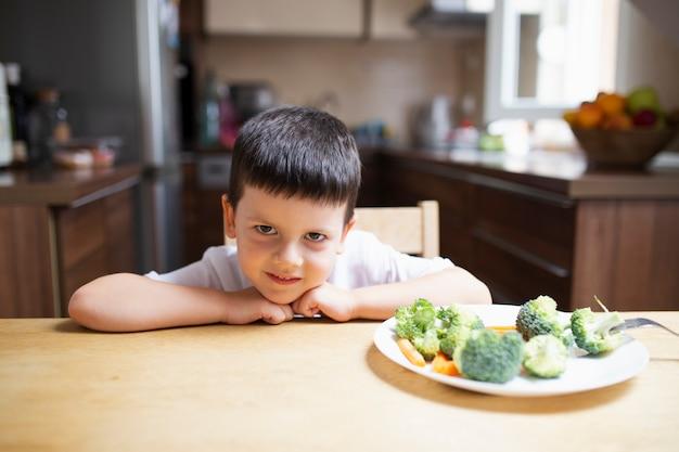 Babyjongen die gezond voedsel weigert