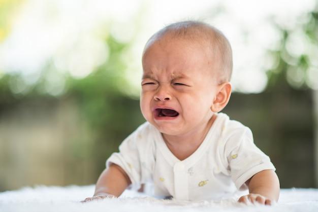 Babyjongen huilt. verdrietig kindportret