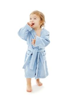 Babyjongen in blauw gewaad over wit