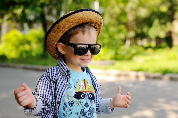 Babyjongen in een hoed en zonnebril