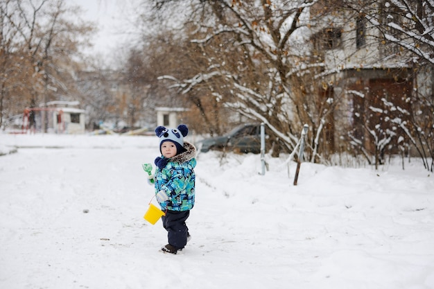 Babyjongen op sneeuwachtergrond