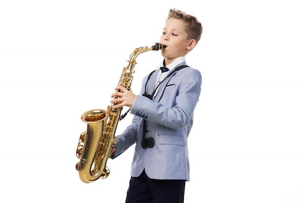Babyjongen speelt de saxofoon