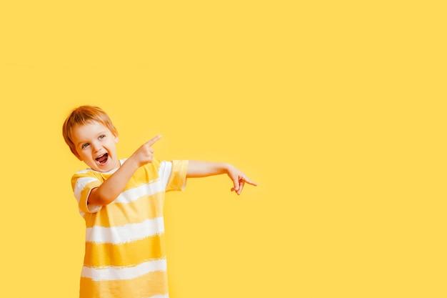 Babyjongen wijst naar iets en lacht