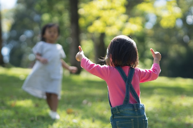 Babykinderen die duim tonen