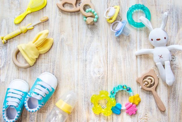Babykleding en accessoires op een lampje.