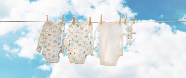 Babykleertjes drogen op straat. selectieve aandacht.