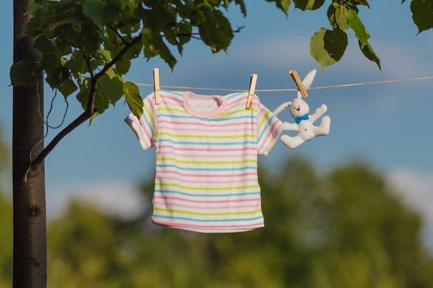 Babykleertjes hangen aan de waslijn