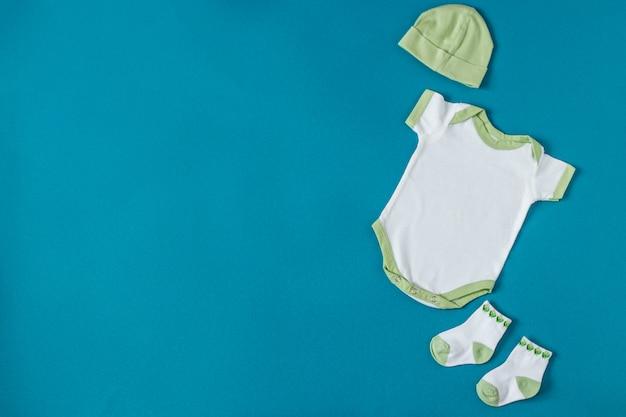 Babykleren. hoed en sokken. concept van pasgeborenen, moederschap, zorg, levensstijl.