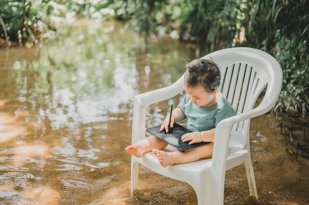 Babylevensstijl bij het park van de stroomrivier familie outdoor activiteit op zomervakantie.