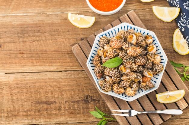 Babylonia areolata schaaldieren zeevruchten op kom klaar om te eten of gekookt