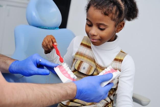 Babymeisje als voorzitter van de tandarts