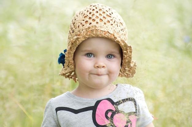 Babymeisje buiten op zonnige zomerdag