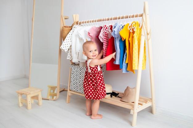 Babymeisje dat zich dichtbij een kleerkast bevindt