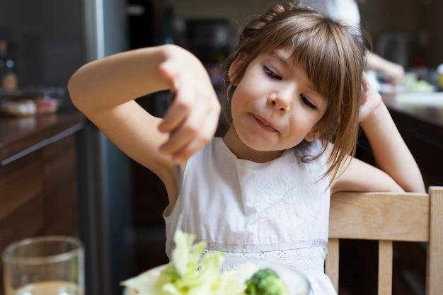 Babymeisje die lunch hebben in openlucht