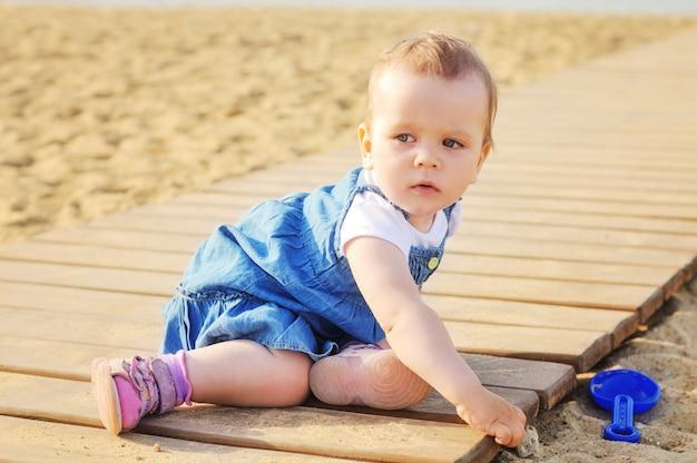 Babymeisje het spelen zand openlucht